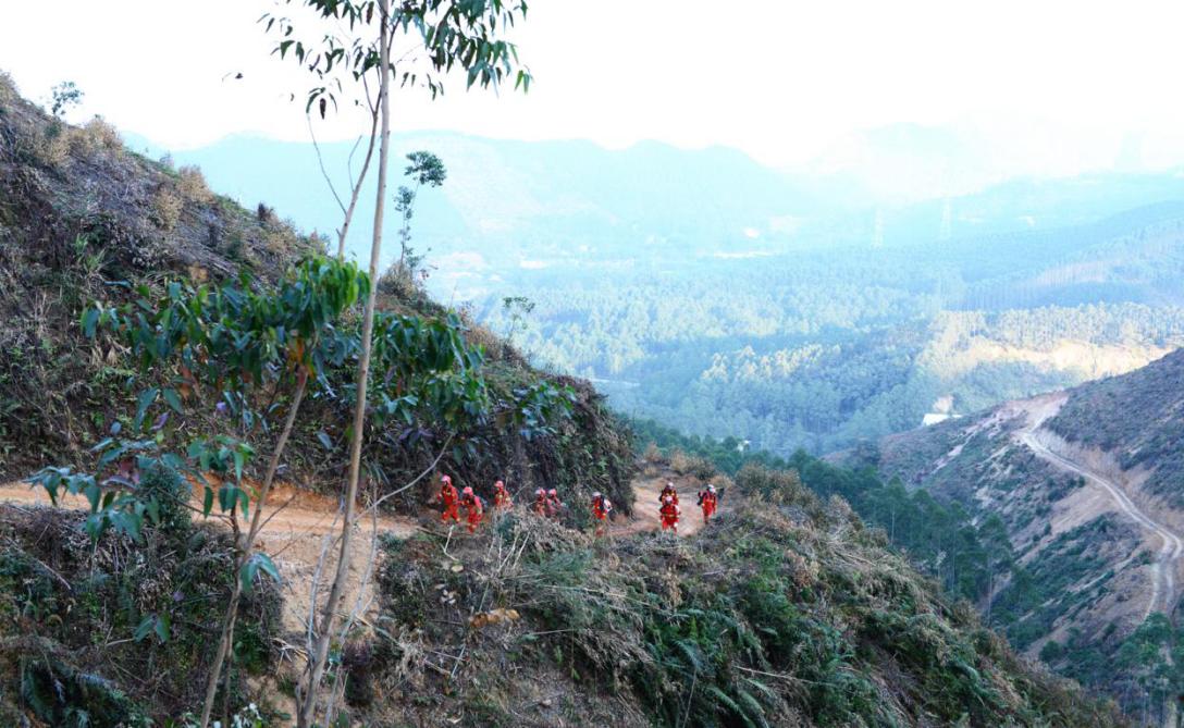 增援森林消防队伍兵分两路火速赶赴火灾1.png