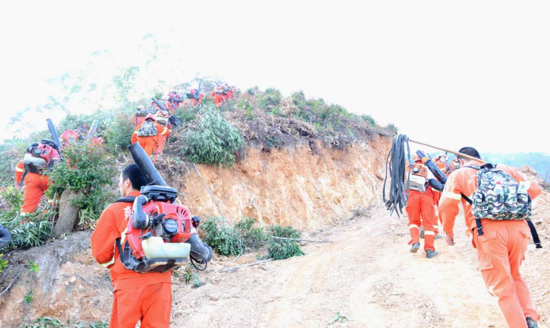 增援森林消防队伍兵分两路火速赶赴火灾2.png