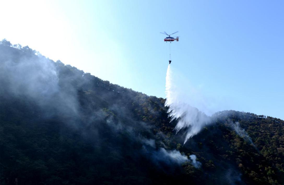 省应急管理厅调动森林消防直升机进行吊桶灭火.png